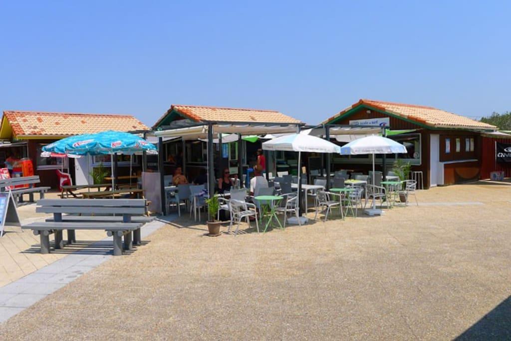 les commerces de la plage. Pour un café matinal ou un déjeuner au soleil ou encore pour un apéritif au soleil couchant...