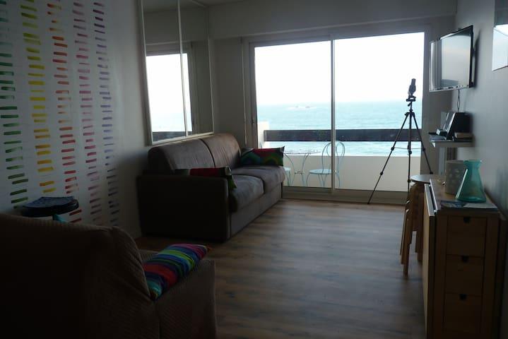 joli studio avec balcon face plage
