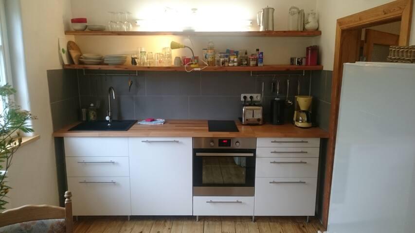 Küche mit Backofen, Mikrowelle