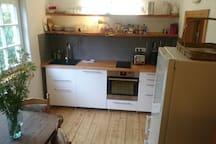 Küche mit Herd, Spülmaschine, Toaster, Kaffeemaschine + Wasserkocher