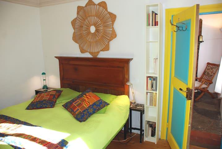 B&B Doppelzimmer CAMERA BELLA mit Sicht in den Salotto der CORTILE-Appartement in der CÀ LEÒN-CASA LEONE in BRENO/MALCANTONE