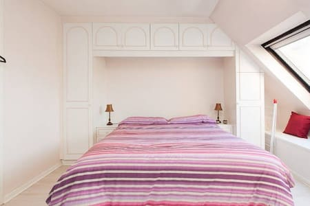 Spacious double bed with ensuite - Londres