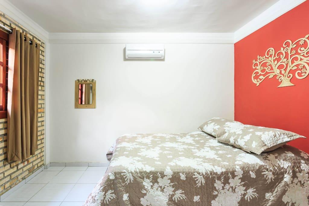 Suite com cama queen e ar condicionado