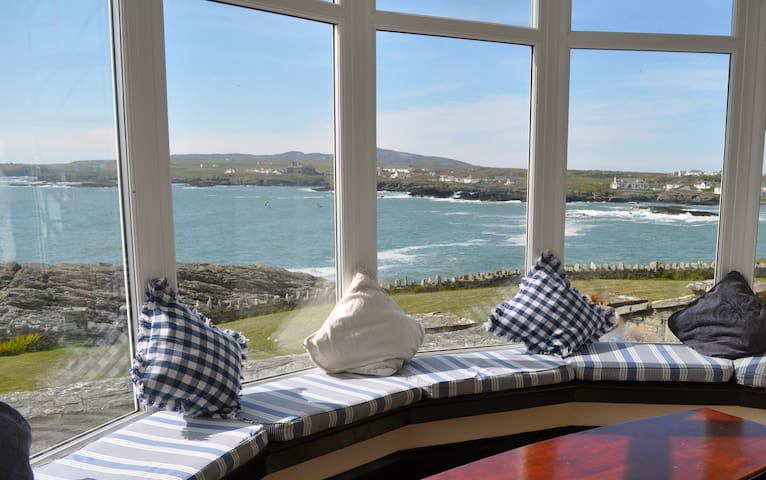 Seaside House with Amazing Views - Trearddur Bay - Hus