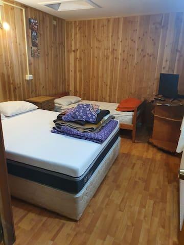 Habitación Matrimonial+Cama 1 plaza.+Baño Privado