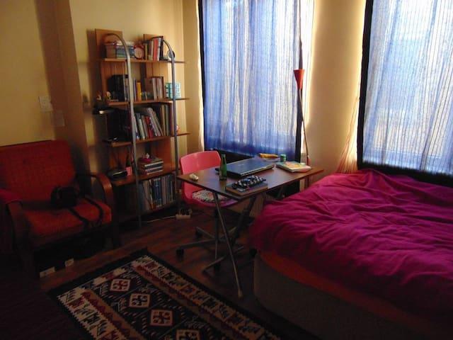 Nice, Spacious Room with Balcony - Fatih - Lägenhet