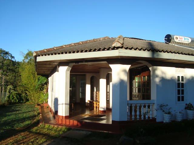 2 ANDREWS HOSTEL Private bathroom with hot shower - Nuwara Eliya - Huis