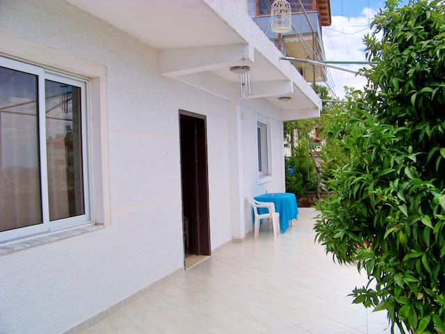 Modest house with parking included - Sarandë - บ้าน