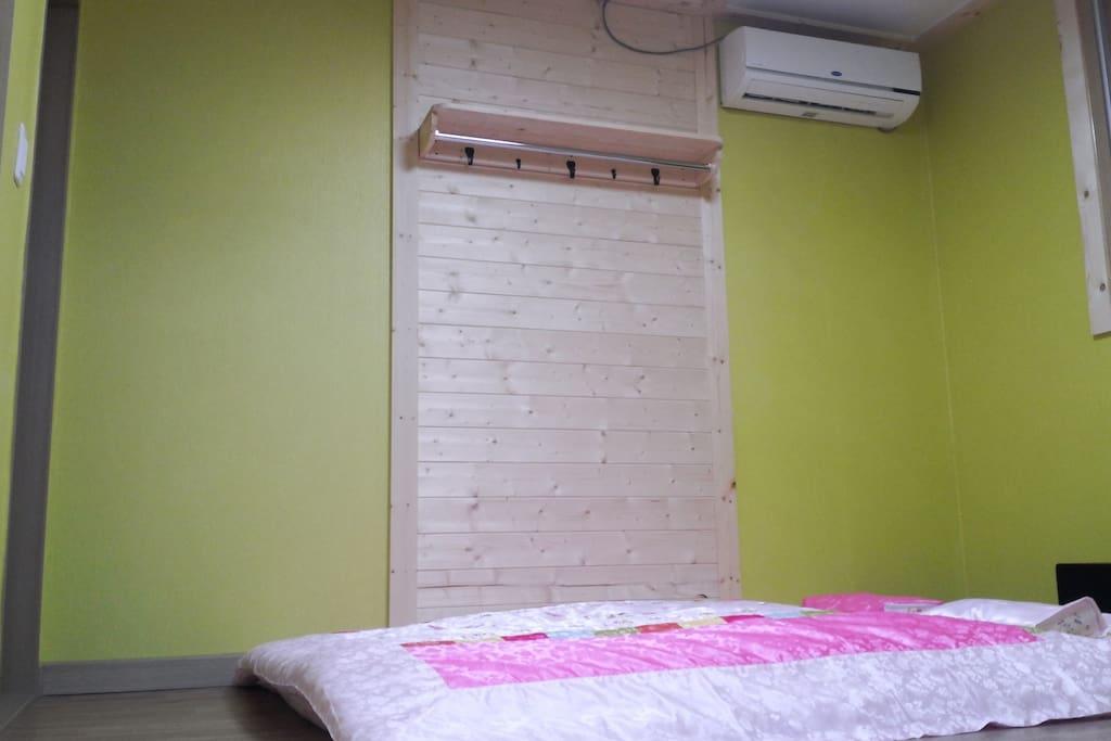 안채 작은방. 온돌방이고 깨끗하고 산뜩하고 친환경 침구류를 사용했어요.