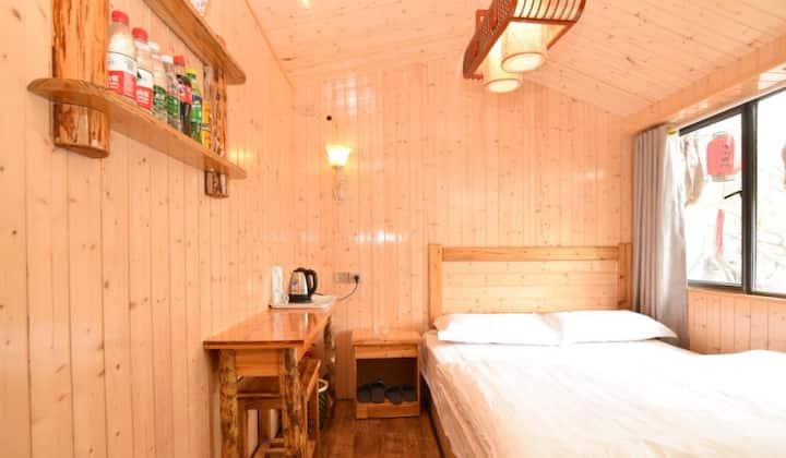 武当山有间客栈观景养生大床房。