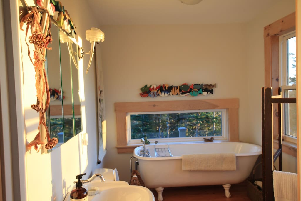 Level 2 bathroom with ocean view from tub