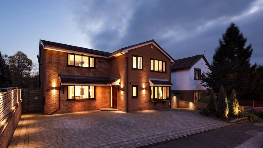Stunning Spacious Villa in South Manchester