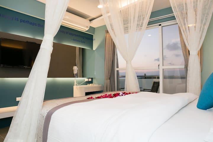 夕陽浪漫陽台美房 優質私人浴缸 寬闊大床懶洋洋看海 步行海灘 悠閒玩水 近墾丁大街 豪華紗簾雙人房