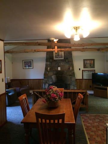 Adirondack Lodge #16 - Lake George - Cabaña