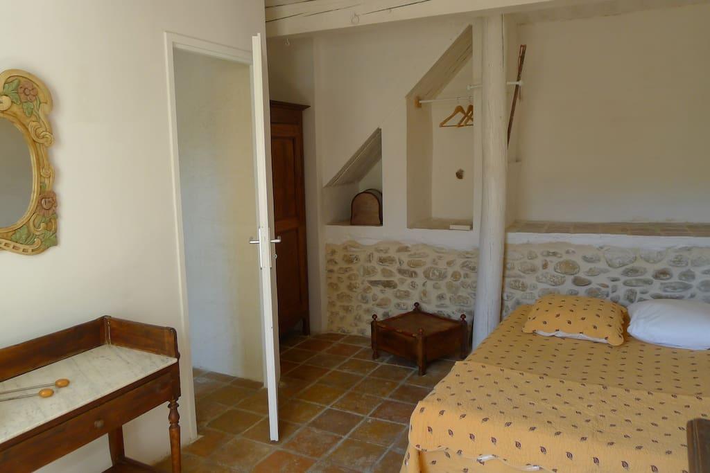 chambre indépendante avec armoire , penderie , meuble rangement