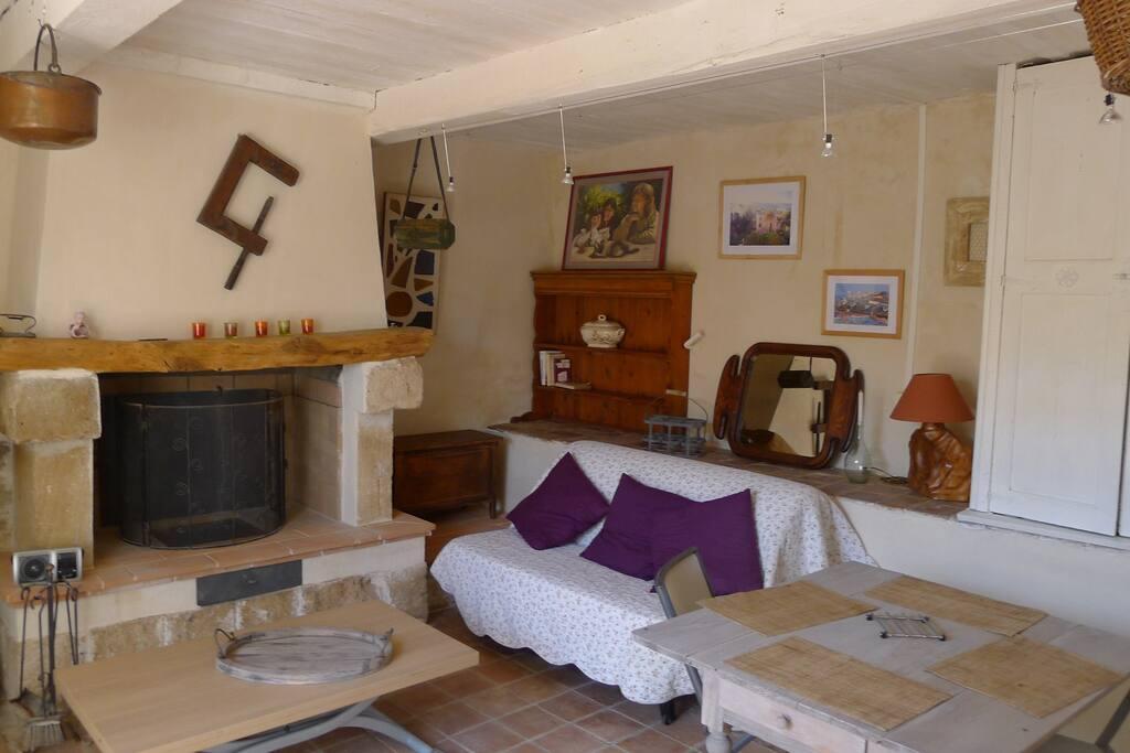 pièce principale avec canapé lit , salon  TV par cable, cuisine ouverte équipée .