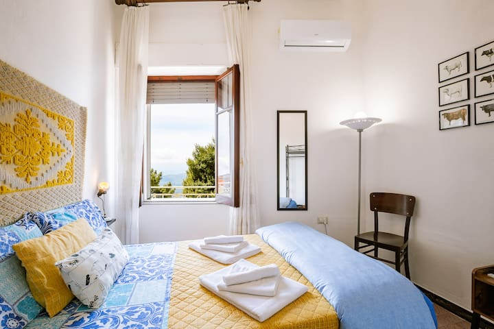 Hunter's room is a lovely bright room. It has a double bed and a window with a view on the mountains, the valley and the sea in distance.
