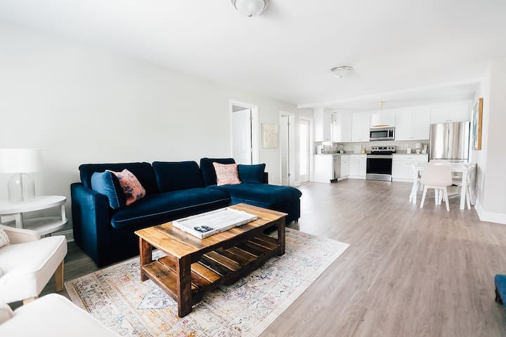 Newly Renovated Cottage, 2 Blocks to the Beach