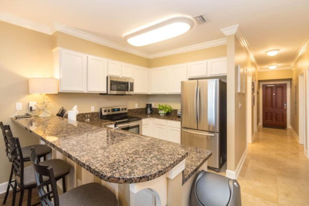 Fully equipped kitchen with stainless appliances (brand new in 2016)