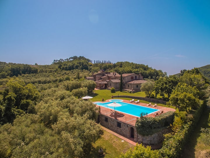 Luxury villa with garden and pool by Vacavilla