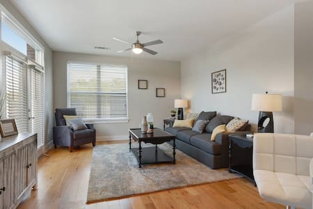 FAMILY FRIENDLY-- CLOSE TO LSU SLEEPS 6