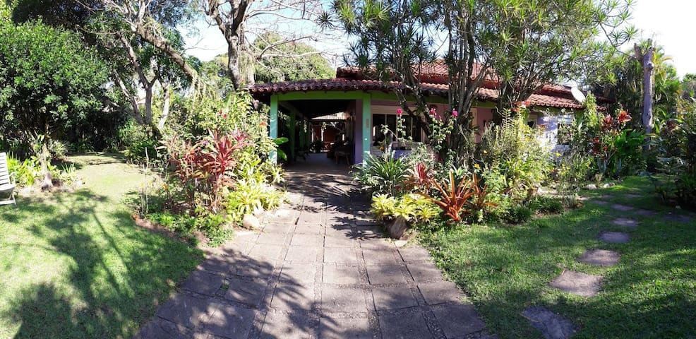 Casa dentro de Itacoatiara com jardim fantástico