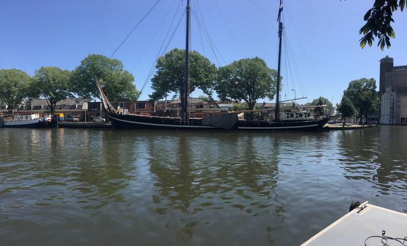 Korevaer, mooi schip aan rand centrum Leiden