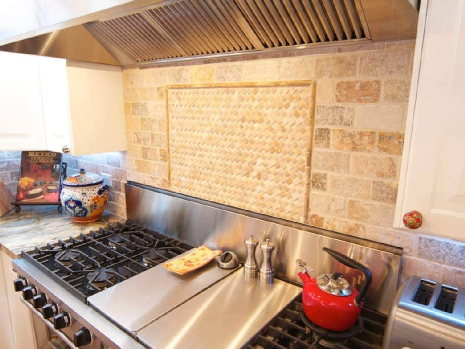 Professional kitchen, ready for your culinary explorations (*chef not included).