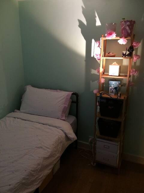 Cosy convenient single room