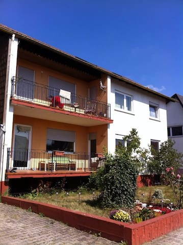 Cozy top floor 2 br. Furnished apt, near Ramstein - Hütschenhausen - Casa