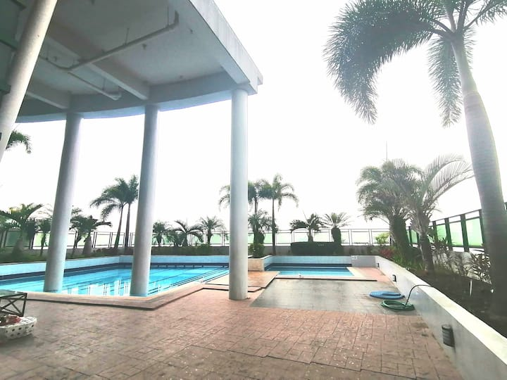 Luxe Condo w/ Pool & Gym for staycation @Symphony