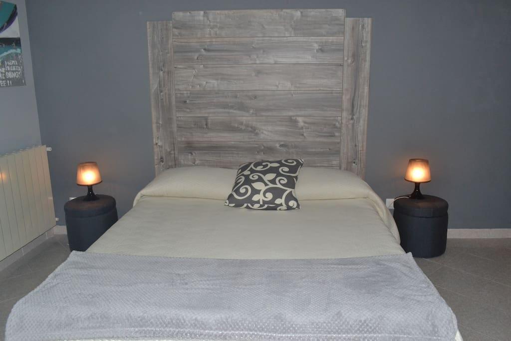 Stanza matrimoniale con bagno privato \ Queen bedroom with private bathroom