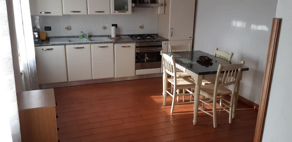 Sala cucina luminosa, cucina completamente attrezzata e con lavastoviglie