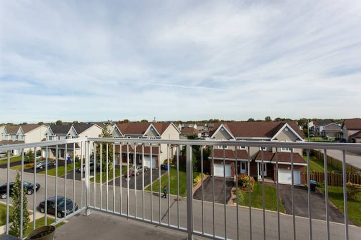 2 Bedroom Sunny Condo - Vaudreuil-Dorion - Appartement en résidence