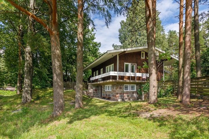 Silla Villa. Majake jõe ääres männimetsa all.