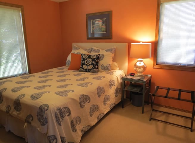 Comfy Appleton home - Queen bed, private bath - Appleton