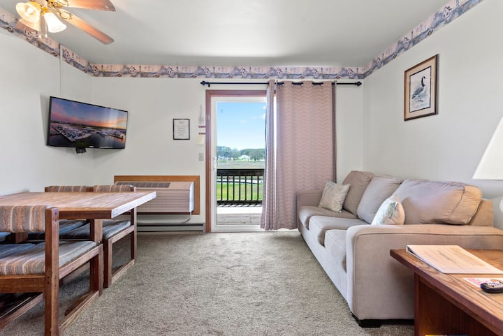 Assateague Inn 209 is an adorable Studio that sleeps 4 with lovely water views and an Outdoor Pool.