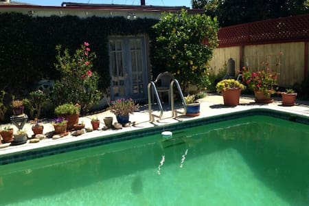 Guest house, private & separate! - Los Angeles - Bed & Breakfast