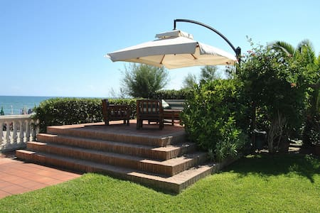 VILLA FIRST ROW FROM SEA + GARDEN - Terracina