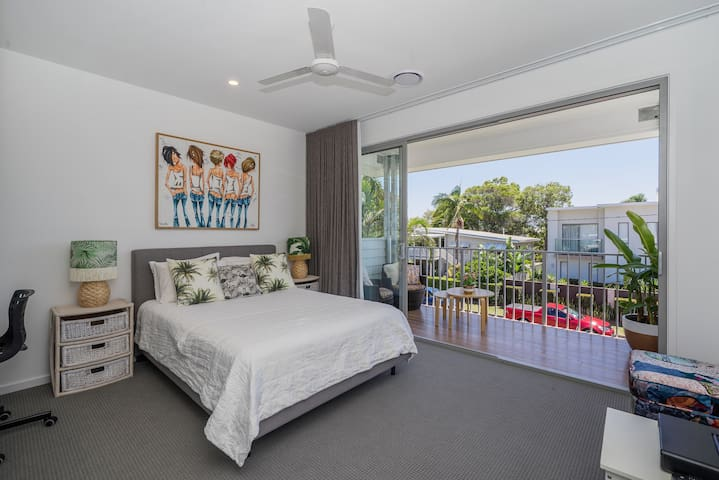 Broadbeach Waterfront Retreat With Private Balcony