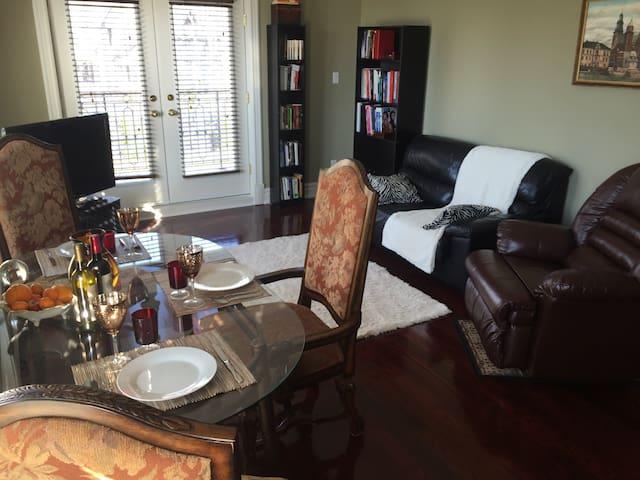 Luxury Honeymoon Apartment in Kleinburg Mansion - Vaughan - Bed & Breakfast