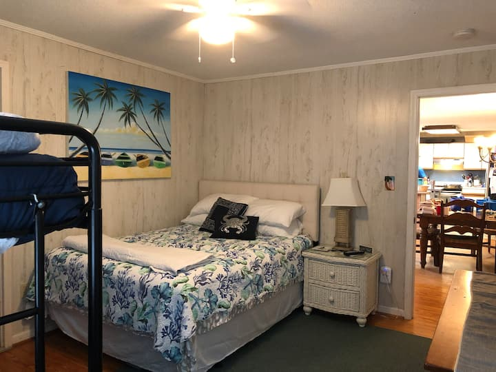 Bunk/Queen Room, 3 minute walk to the beach