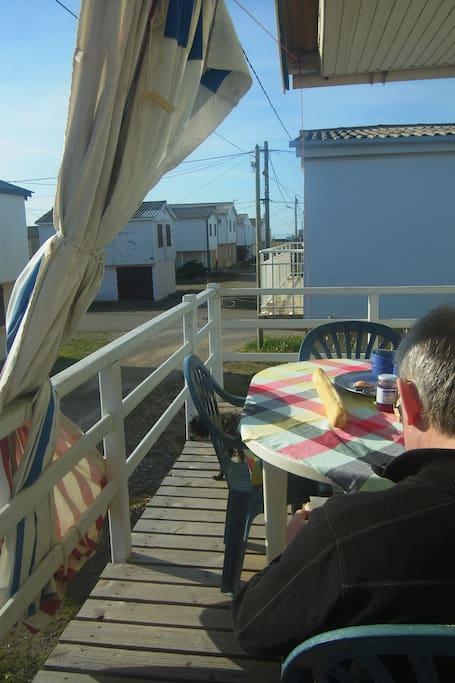 vue de la terrasse , au loin la mer...