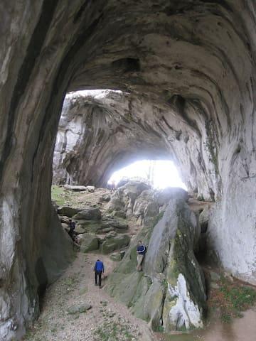 Cuevas del monte Araotz, en Oñati (45 min).