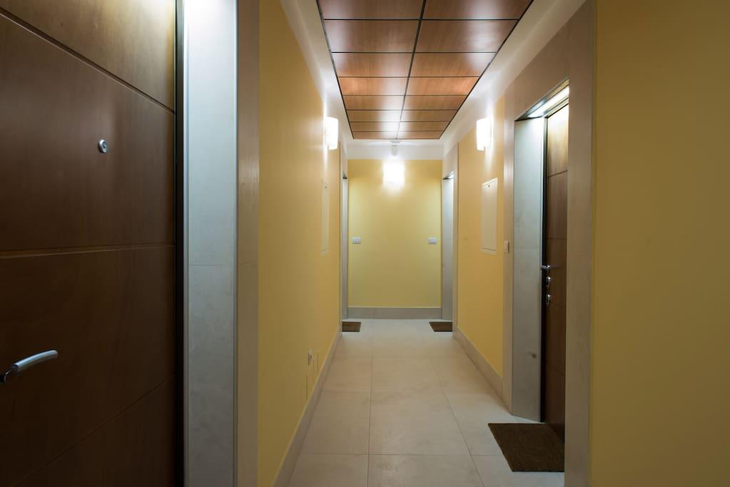 corridoio con le 4 porte di ingresso agli appartamenti