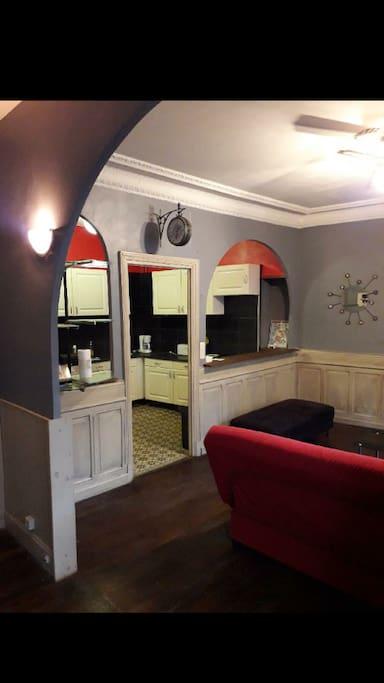 Salon avec balcon et cuisine