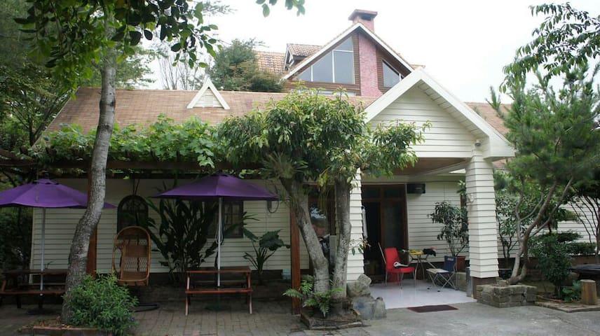 清境好家寨六人雅房,木屋民宿配合室內原木裝潢溫馨如家。提供包車旅遊咨詢 - Nantou County