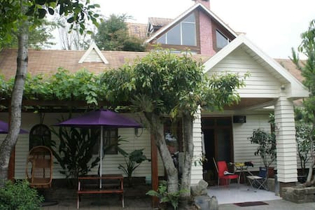 清境好家寨六人雅房,木屋民宿配合室內原木裝潢溫馨如家。提供包車旅遊咨詢 - Nantou County - Hytte