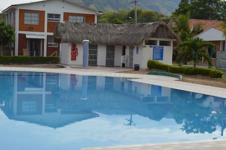 Hermosa cabaña con piscina Tocaima - Tocaima - Zomerhuis/Cottage
