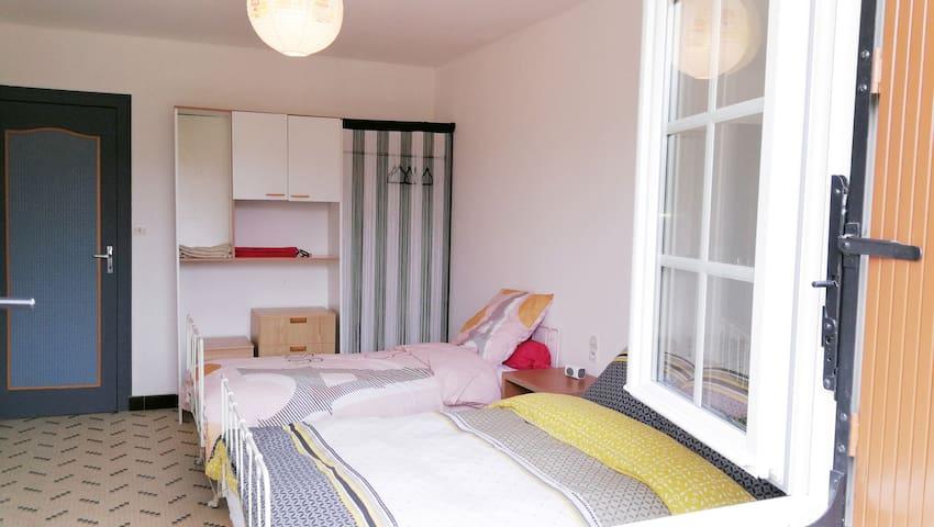 chambre avec lit 2 places120*190+lit simple 80*190